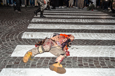 Bologna, Italië - 21 mei 2016: Bologna zombie apocalypse lopen: een zombie dood op de voetgangersoversteekplaats.