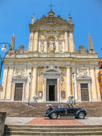 san giacomo: Vintage car coupe parked in front of Chiesa di San Giacomo in Santa Margherita Ligure, famous Italian resort town between Portofino and Rapallo, Province of Genoa, Italy.