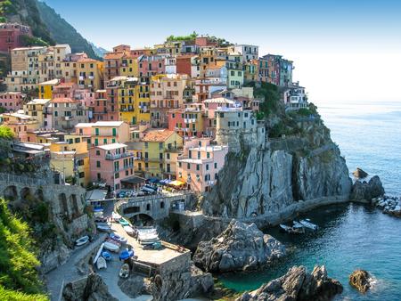 Veduta aerea di colorato e più piccolo borgo di Manarola, Parco Nazionale delle Cinque Terre, Liguria, Italia. Archivio Fotografico - 60667352