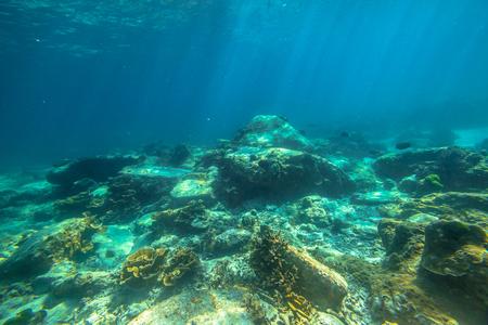 fondali marini: fondali Tipico paesaggio con raggi di sole di Phuket, Racha Noi in Tailandia.