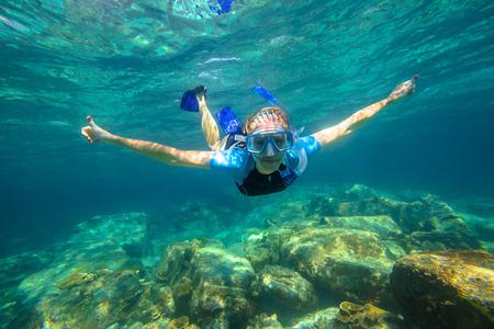 女性時無呼吸で熱帯ターコイズ海のラチャノイ、タイのプーケットに泳ぐ。
