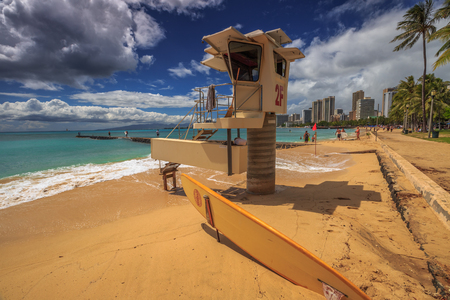 siervo: Waikiki, Oahu, Hawai - el 27 de de agosto de, 2016: rescate de servidumbre en la playa de San Souci. San Souci Beach está fuera de la zona hotelera de Waikiki y es un refugio para los nadadores, surfistas y aficionados al kayak. En el fondo del horizonte de Waikiki.