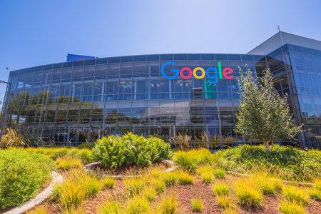 마운틴 뷰, 캘리포니아, 미국 - 년 8 월 (15), 2016 구글은 구글 건물 중 하나에 서명합니다. 실리콘 밸리의 구글 본사 건물의 외관보기.