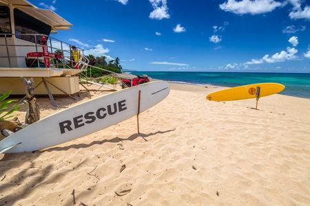 siervo: Oahu, Hawaii - el 26 de de agosto de, 2016: rescate de servidumbre en el popular Sunset Beach, North Shore, en verano. Sunset Beach es tambi�n conocida por su potente corriente de resaca, puesta del sol Rip, incluso peligroso para los surfistas expertos Editorial