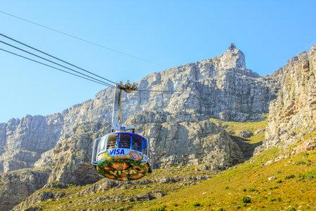 Cape Town, Südafrika - 11. Januar 2014 die Strahlen der Seilbahn auf den Gipfel des berühmten Nationalpark Table Mountain. Luftseilbahn beliebte Touristenattraktion in Kapstadt in den blauen Himmel.