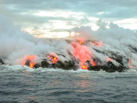 용암이 태평양과 접촉하여 연기와 증기를 내뿜습니다. 하와이 화산 국립 공원, 하와이, 빅 아일랜드에서에서 Kilauea 화산.