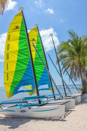 actividades recreativas: Key West, Florida, Estados Unidos - 12 de abril 2012: coloreado veleros catamarán en la orilla de la playa de Smathers. Smathers Beach es la playa más larga de Key West y es famoso por sus actividades recreativas.