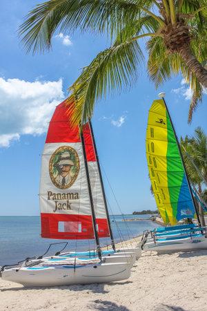actividades recreativas: Key West, Florida, Estados Unidos - 12 de abril 2012: coloridos barcos de vela en catamarán en la orilla en la playa de Smathers. Smathers Beach es famoso por sus actividades recreativas.
