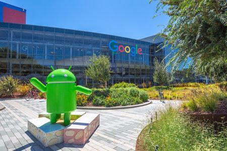 Mountain View, California, EE.UU. - 15 de agosto 2016: réplica de Android Turrón frente a oficina de Google en el edificio de la sede de Google. Editorial