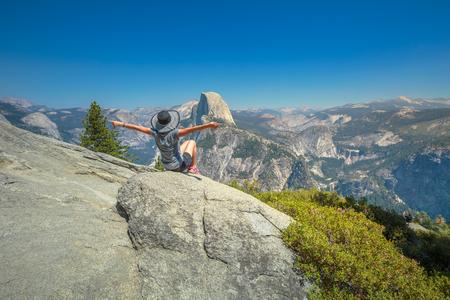グレイシャー ポイント、ヨセミテ国立公園でハイキング女性自由。グレイシャー ポイント見落とすから人気のあるハーフドームの景色を楽しみなが