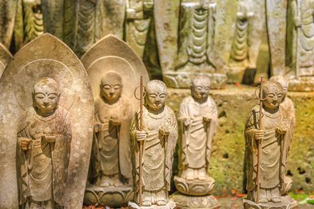Viele Stein-Jizo Bodhisattva-Statuenhintergrund. Hase-dera in Kamakura, Japan. Hasedera ist einer der größten buddhistischen Tempel der Stadt innerhalb eines Pilgerweges der Göttin Benzaiten. Standard-Bild - 92366676