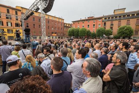 Bologna, Italia - 10 maggio 2014: Beppe Grillo parla in Piazza San Francesco per il Movimento 5 Stelle M5S party, dettaglio della folla in ascolto