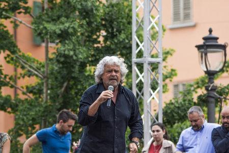 Bologna, Italia - 10 maggio 2014: Beppe Grillo parla in Piazza San Francesco per il partito Movimento 5 Stelle M5S, ritratto del suo leader che parla