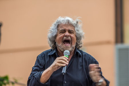 볼로냐, 이탈리아 - 2014 년 5 월 10 일 : Beppe Grillo가 Movimento 5 Stelle M5S 파티를 위해 San Francesco 피아자에서 연설을하며 연설자의 초상화를 말함