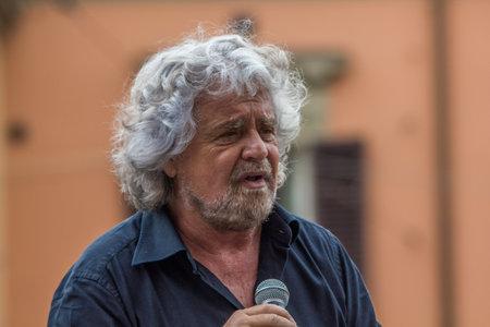 Bologna, Italia - 10 maggio 2014: Beppe Grillo parla in Piazza San Francesco per il Movimento 5 Stelle M5S party, ritratto da vicino del suo leader che parla