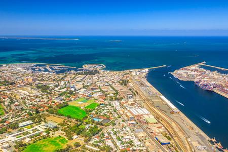 프리맨틀 하버, 웨스턴 오스트레일리아에서 가장 크고 가장 바쁜 일반화물 포트의 공중 전망. 낚시 보트 항구, 북쪽 몰 등 대와 스완 강, 호주를 통해  스톡 콘텐츠