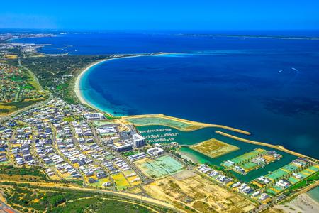 西オーストラリア州パースのクージー郊外の航空写真。オーストラリアのパース市のフリーマントルの近く、ボートハーバー上の風光明媚な飛行。