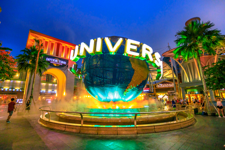 Singapore - May 2, 2018: Universal Studios world globe in green light, with tourists visiting this Hollywood movie theme park in Sentosa island. Imagens - 105184923