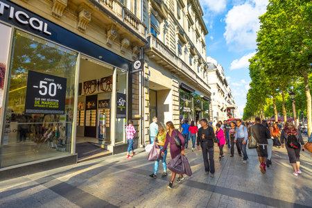 Parigi, Francia - 2 luglio 2017: i turisti camminano sul viale più famoso di Parigi, gli Champs Elysees, per lo shopping nei negozi di lusso. Persone di stile di vita a Parigi.