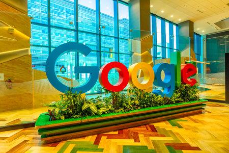 Singapur - 5 de mayo de 2018: primer plano del cartel de Google dentro de una nueva oficina para albergar al equipo de ingenieros de rápido crecimiento en Singapur. La sede de Googles Asia-Pacific con emplea a 1000 personas.