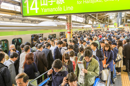 Tokyo, Japan - April 17, 2017: green line of Yamanote for Harajuku, the most important train line in Tokyo. Crowd of commuters waiting for rail train at Shinjuku Station in Tokyo. 報道画像