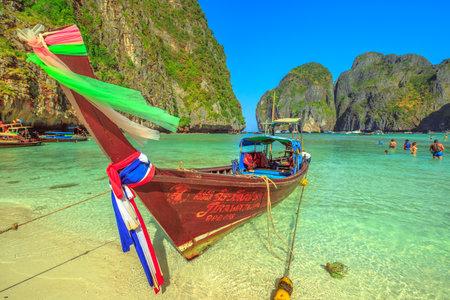 Maya Bay, Phi Phi Leh, Thailand - December 31, 2015:popular heavenly beach Maya Bay on Ko Phi Phi Leh with colorful long tail boat and limestone hills in the background. Thai Islands in Andaman Sea. 報道画像