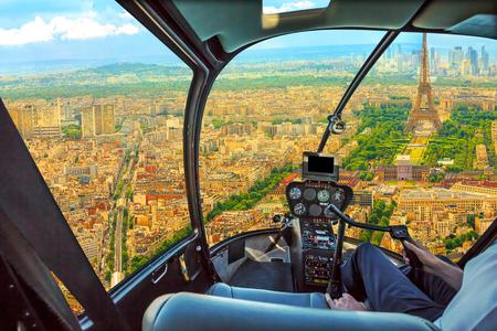 Vue aérienne du poste de pilotage d'hélicoptère de la Tour Eiffel à Paris, capitale française, Europe. Vol panoramique au-dessus des toits de Paris et du paysage urbain, France.