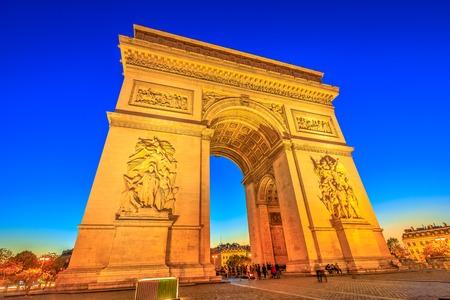 Vista notturna dell'Arco di Trionfo al centro di Place Charles de Gaulle. Vista dal basso del famoso punto di riferimento all'ora blu e della famosa attrazione turistica di Parigi, capitale della Francia in Europa. Archivio Fotografico