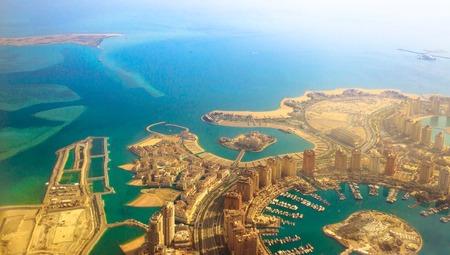 Luftaufnahme von Pearl-Qatar, der luxuriösen und modernen künstlichen Insel im Persischen Golf, Doha, Katar, Naher Osten. Venedig im Qanat Quartier, Marsa Malaz Kempinski Hotel und Türme von Porto Arabia.