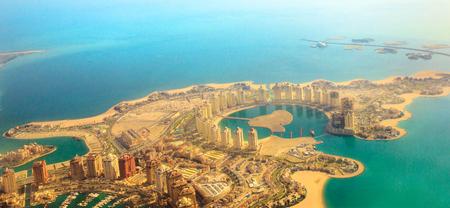 Luftaufnahme von Pearl-Qatar, der künstlichen Insel im Persischen Golf, Doha, Katar, Naher Osten. Rundflug von Viva Bahriya im maghrebinischen und maurischen Stil und die exklusive Insel Dana. Banner-Panorama.