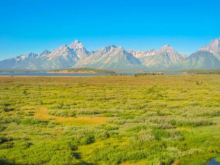 Grand Tetons en el Parque Nacional Grand Teton, Wyoming, Estados Unidos. Viajar a América del Norte en la temporada de verano. Cielo azul con espacio de copia. Foto de archivo