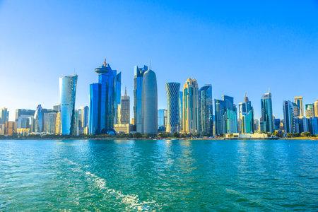 Doha, Katar - 20. Februar 2019: Qatar International Exhibition Center, Doha Tower, Salam Tower, World Trade Center und Doha Bank Tower sehen Sie von der Dhow im Financial District, West Bay Skyline Editorial