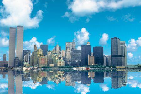 Increíble horizonte de Manhattan reflejándose sobre el río Hudson en un hermoso día soleado. Archivo e histórico paisaje urbano de las Torres Gemelas de Nueva York del World Trade Center. NYC, Estados Unidos. Foto de archivo