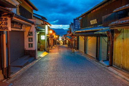 Kioto, Japonia - 24 kwietnia 2017 r.: starożytna ulica Hanami Lane lub Hanamikoji Dori w dzielnicy Gion, na liście światowego dziedzictwa o zmierzchu. Gion to najsłynniejsza dzielnica gejsz w Kioto w Kioto w Japonii