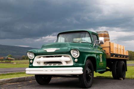 old farm wine truck Imagens