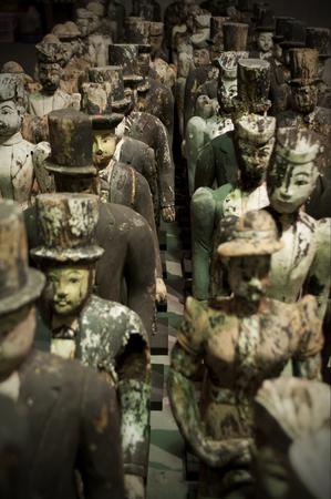 人々の木製の小さなヴィンテージ像。 報道画像