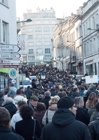 People are marching in a citizen march - Je Suis Charlie - in Angouleme , France on the 11th of January 2015 after the killing at Charlie Hebdo in Paris. 新聞圖片