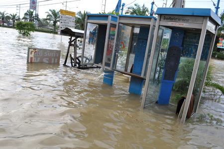 TOT public telephones are underwater in Pathum Thani, Thailand, in October 2011. 新闻类图片