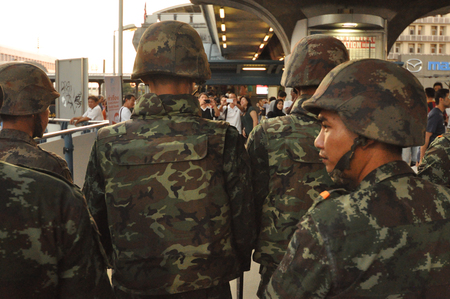 BangkokThailand - 05 24 2014: The army and Police take control of Pathum Wan. 新聞圖片