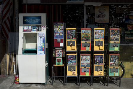 Vintage toys vending machine in a street of Sekinchan, Malaysia. Banque d'images - 112496502