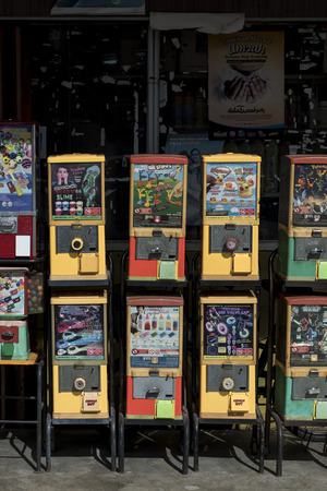 Vintage toys vending machine in a street of Sekinchan, Malaysia. Banque d'images - 112496503