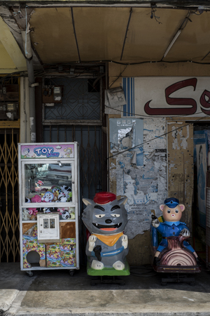 Vintage toys vending machine in a street of Sekinchan, Malaysia. Banque d'images - 112496505