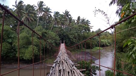 suspended bamboo floored bridge leading to the jungle in Legazpi,Philippines. Archivio Fotografico