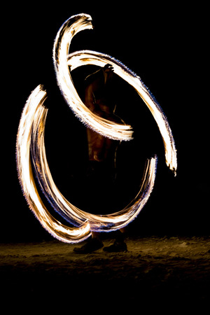Thai man fire juggling at night on a beach of Koh Lipe island in Thailand Banque d'images