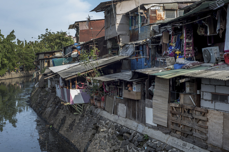 Slum by a river in Jakarta, Indonesia Redactioneel