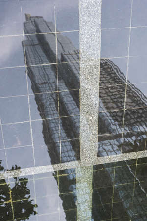 Reflection on water of Landmark 81 skyscraper viewed from the street in Ho Chi Minh City, Vietnam 新聞圖片