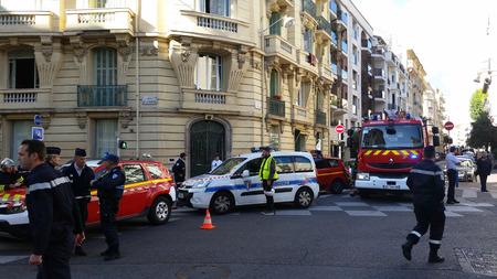 siervo: Niza, Francia - 16 octubre 2015: Los agentes de polic�a franceses y Bomberos en el fuego de la construcci�n. Veh�culos de emergencia en las calles de Niza en la Costa Azul Francia