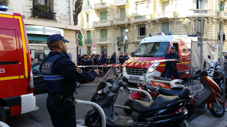 siervo: Niza, Francia - 16 octubre 2015: Los agentes de policía franceses y Bomberos en el fuego de la construcción. Vehículos de emergencia en las calles de Niza en la Costa Azul Francia