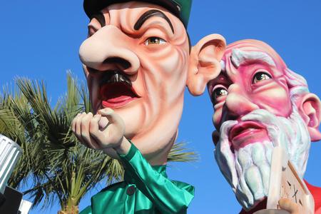 rey caricatura: Niza, Francia - 21 de febrero de 2016: Caricatura de Charles de Gaulle y el profeta Mois�s. Charles de Gaulle era un general franc�s. Carroza Durante el Carnaval de Niza Desfile de Carnaval 2016 en la Costa Azul. El tema para el 2016 era el rey de los medios de comunicaci�n
