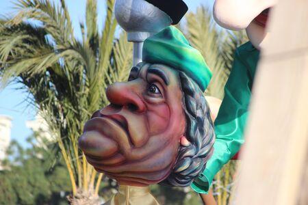 rey caricatura: Niza, Francia - 21 de febrero de 2016: la caricatura de Muammar Gadafi Gadafi. Carroza Durante el Carnaval de Niza Desfile de Carnaval 2016 en la Costa Azul. El tema para el 2016 era el rey de los medios de comunicaci�n